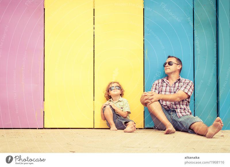Vater und Sohn, die nahe dem Haus zur Tageszeit spielen. Mensch Kind Natur Ferien & Urlaub & Reisen Mann Sommer Sonne Erholung Freude Erwachsene Leben Lifestyle