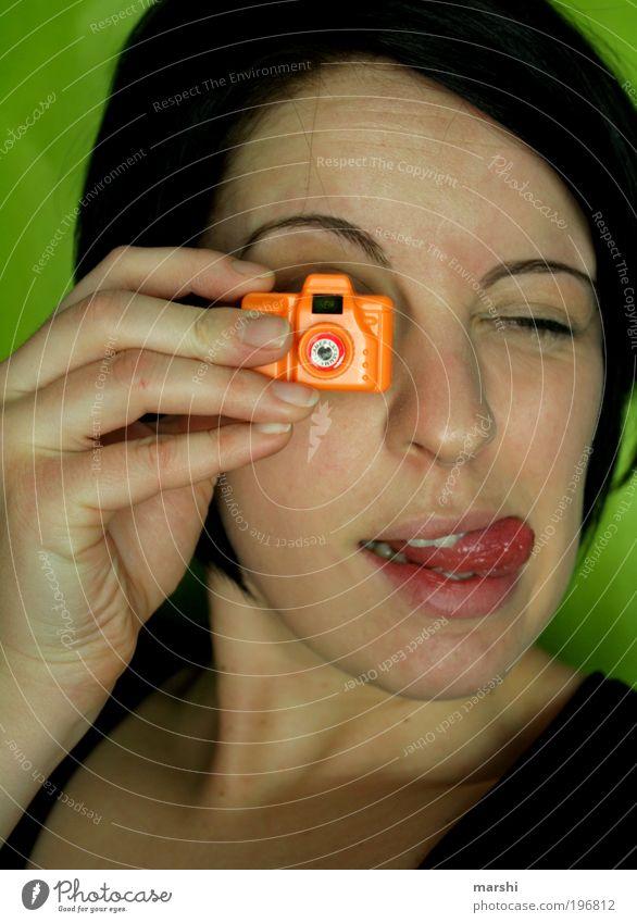 Cheese-Bitte Lächeln! Frau Mensch Jugendliche grün Freude Gesicht feminin Gefühle Stil Kopf Stimmung orange Fotografie lustig Erwachsene klein