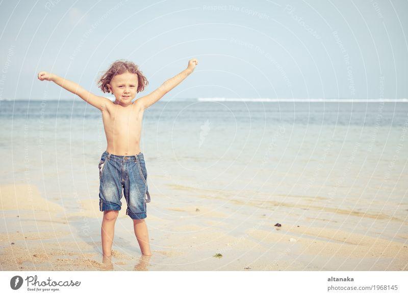Portrait des kleinen Jungen stehend auf dem Strand Mensch Kind Himmel Natur Ferien & Urlaub & Reisen Mann Sommer Sonne Hand Meer Erholung Freude Erwachsene