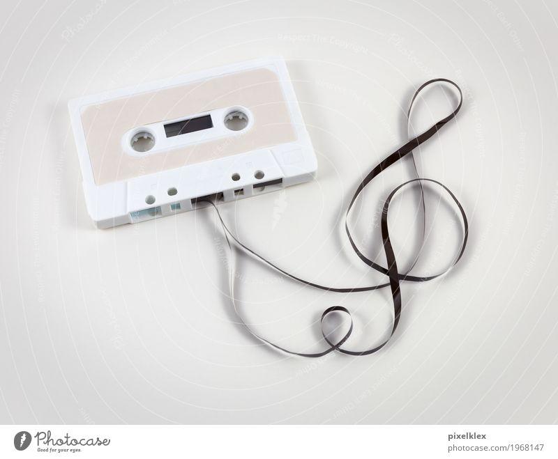 Kassette mit Notenschlüssel alt weiß Party retro Musik Kultur Jugendkultur hören analog altehrwürdig Nostalgie Entertainment Tonband Siebziger Jahre