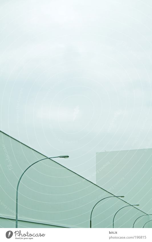 DAS KRUMME INS GERADE blau kalt Wand Mauer Gebäude Architektur Fassade modern Ordnung Fabrik Sauberkeit Laterne Halle Industrieanlage