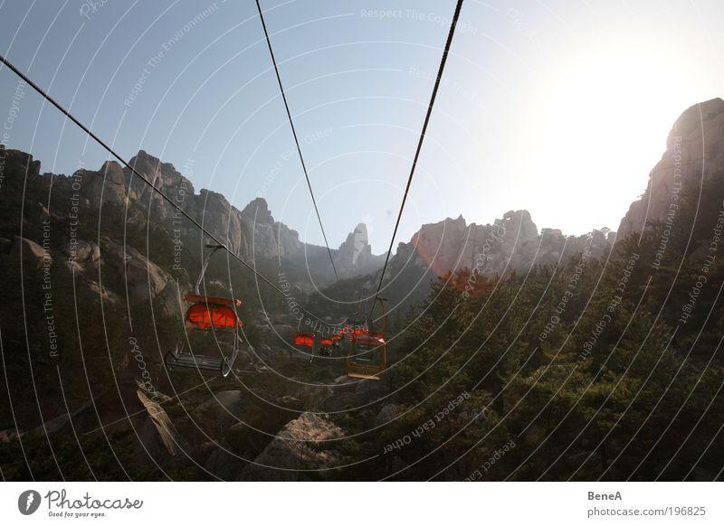 Seilbahn Himmel Natur Baum Ferien & Urlaub & Reisen Pflanze Sonne Erholung Umwelt Landschaft Berge u. Gebirge Wege & Pfade Zufriedenheit Felsen fliegen