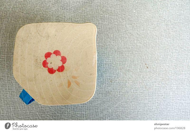 Plattenbaublüte (Pbb) alt Tisch ästhetisch Kitsch Geschirr Kunststoff DDR Nostalgie Griff Strukturen & Formen Vogelperspektive Tischplatte Blumenmuster Sammlerstück Milchkanne