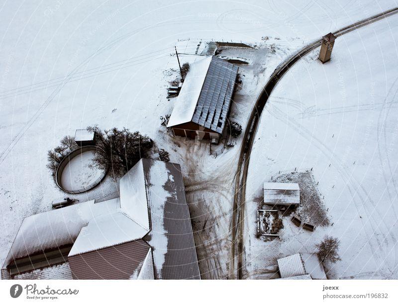Die Siedler Winter Schnee Haus Dach Straße kalt oben unten schwarz weiß Bauernhof Schneelandschaft Vogelperspektive Farbfoto Gedeckte Farben Außenaufnahme