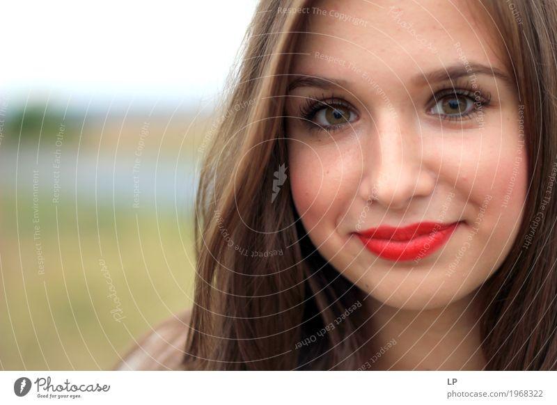 junge Frau lächelnd Lifestyle Stil Design Freude schön Haare & Frisuren Haut Gesicht Kosmetik Schminke Lippenstift Gesundheit sportlich Wellness Leben