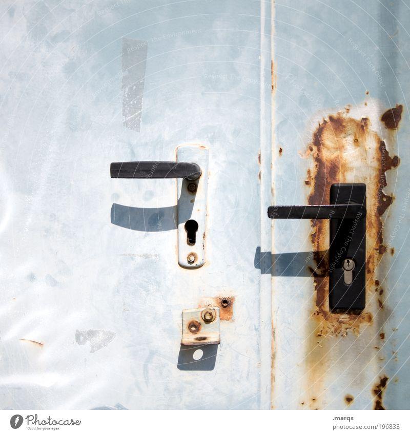 Sicher ist sicher ist sicher Häusliches Leben Renovieren Tür Griff Gebäude Metall alt hell Neugier verrückt Angst Sicherheit skurril Verfall Vergänglichkeit