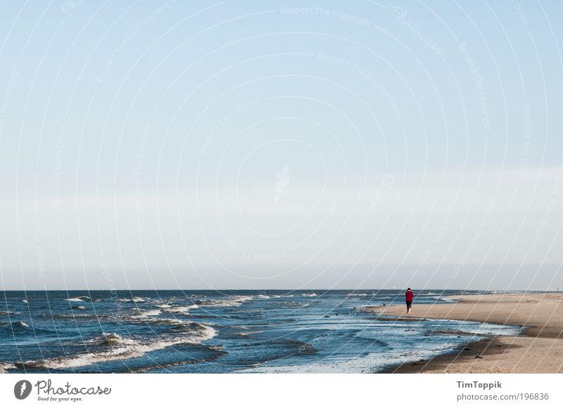 Rotjäckchen und das große Meer Meer rot Strand Einsamkeit Ferne Erholung Sand Wellen Küste wandern Horizont Insel Spaziergang Unendlichkeit Jacke Ostsee