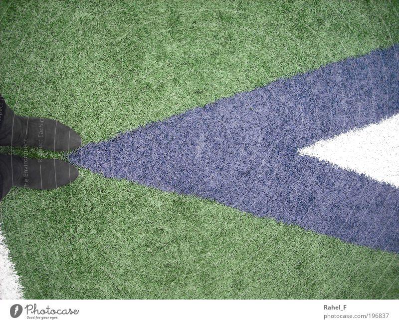 Where am I going? Mensch grün blau Fuß Wege & Pfade warten Beginn Perspektive stehen Stiefel Fan Fernweh wählen Symmetrie Stadion Zukunftsangst