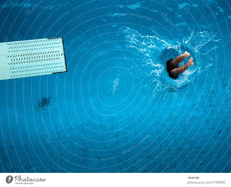 Abtauchen Mensch Jugendliche Wasser blau Sommer Freude Ferien & Urlaub & Reisen Sport Leben springen Beine Angst Schwimmbad Freizeit & Hobby tauchen