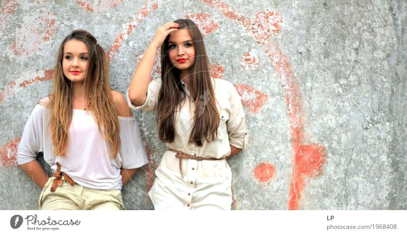2 schöne Mädchen, die gegen eine Wand stehen Lifestyle elegant Stil Design Haare & Frisuren Mensch feminin Junge Frau Jugendliche Geschwister