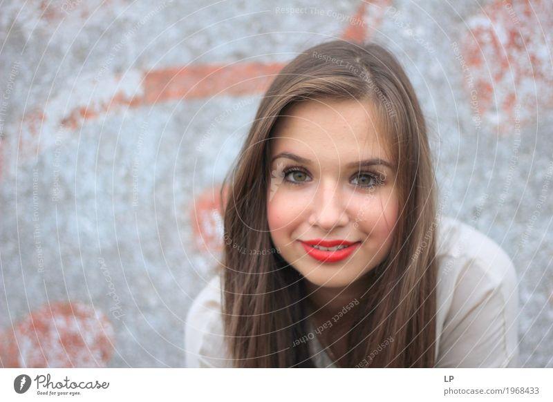 schönes Mädchen, das an der Kamera lächelt Lifestyle Stil Freude Haare & Frisuren Haut Gesicht Kosmetik Schminke Lippenstift Gesundheit Wellness Leben