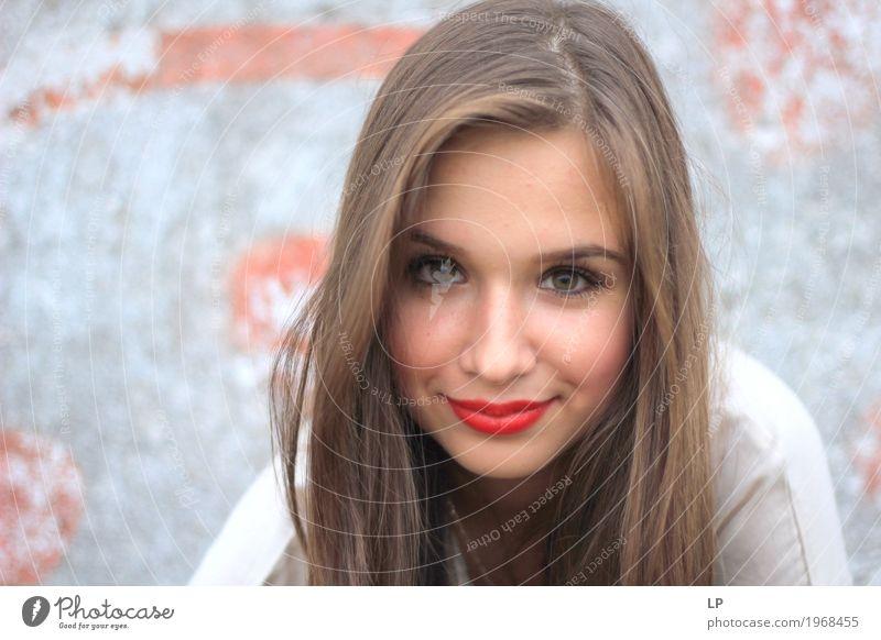 schöne junge Frau, die die Kamera untersucht Lifestyle Stil Freude Haare & Frisuren Haut Gesicht Kosmetik Schminke Gesundheit Wellness harmonisch Wohlgefühl