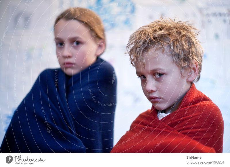 121 [der Blaue und der Rote I] Mensch Kind schön kalt Junge Spielen Zusammensein blond Familie & Verwandtschaft Coolness authentisch einzigartig natürlich Kindheit Mut Wachsamkeit