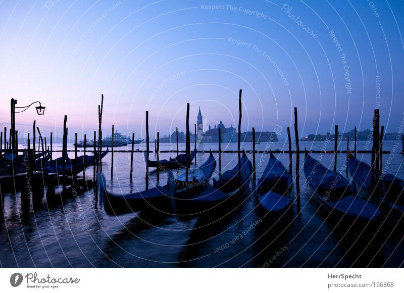 Blaue Stunde Wasser Himmel Wolkenloser Himmel Schönes Wetter Wellen Küste Meer Adria Insel Venedig Stadt Altstadt Menschenleer Kirche Hafen Sehenswürdigkeit