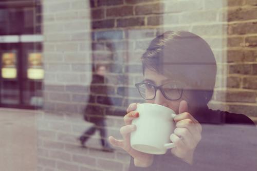 #A# coffee to go feminin ästhetisch Café Kaffee Kaffeetrinken Kaffeetasse Kaffeepause Blick Show Brille Reflexion & Spiegelung Scheibe Fensterscheibe Glas