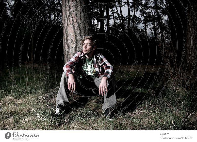 naturbursche Mensch maskulin Junger Mann Jugendliche Umwelt Natur Landschaft Wald Hemd Jeanshose blond Erholung sitzen träumen Traurigkeit dunkel gruselig