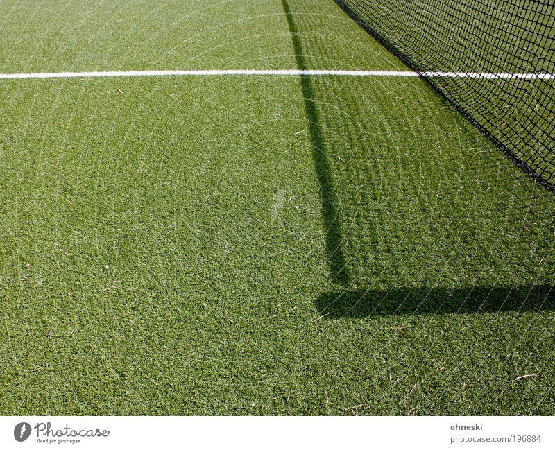 Es lebe der Sport Ballsport Erfolg Verlierer Fußball Tennis Tennisnetz Sportstätten grün Linie liniert Kunstrasen Farbfoto abstrakt Muster Strukturen & Formen
