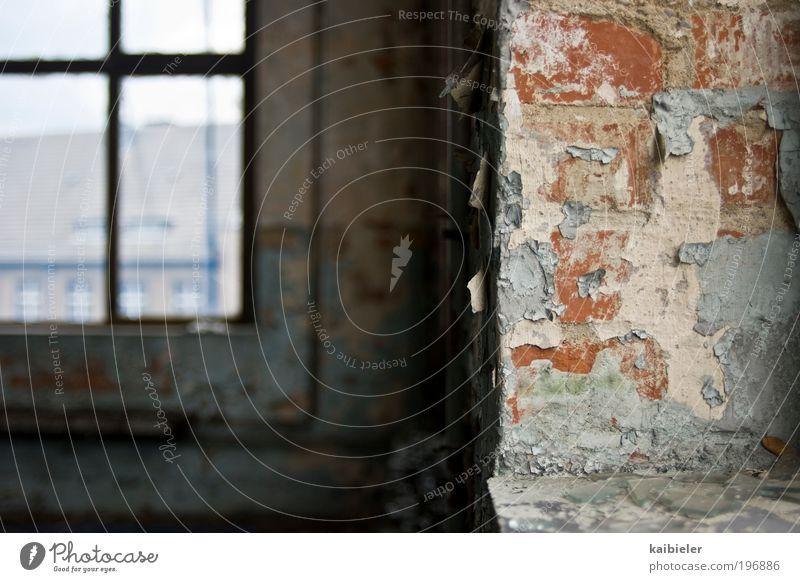 Raum der Stille Haus Industrieanlage Fabrik Bauwerk Gebäude Architektur Mauer Wand Fenster Heizungsrohr Heizkörper abblättern Farbstoff blau rot Gelassenheit