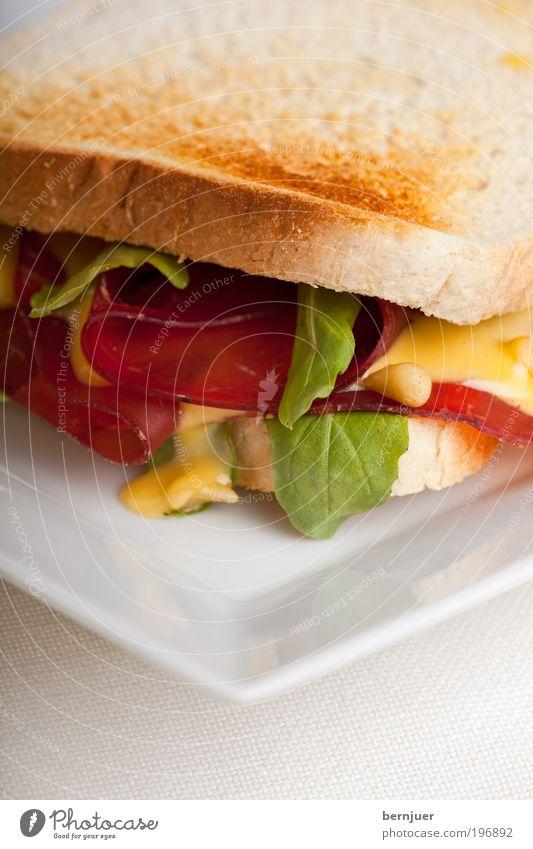 toasted Belegtes Brot Schinken Bündner Fleisch belegt Rucola Salatbeilage Toastbrot Mayonnaise Bresaola Lebensmittel Snack Ernährung Teller verschönern