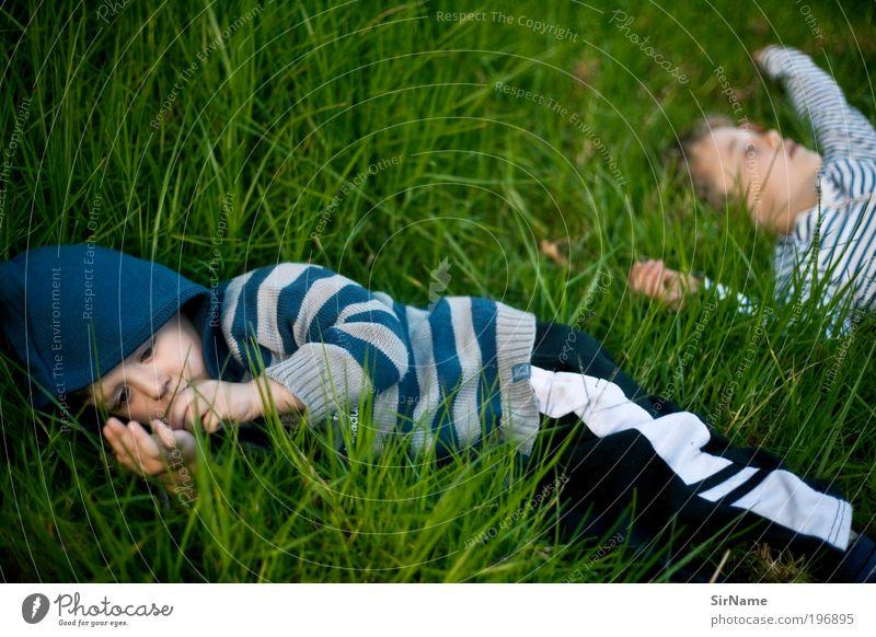 125 [geheime Kinderwelten] Kinderspiel Junge Bruder Kindheit Jugendliche Mensch 1-3 Jahre Kleinkind 3-8 Jahre Gras Park Wiese Opferbereitschaft ästhetisch