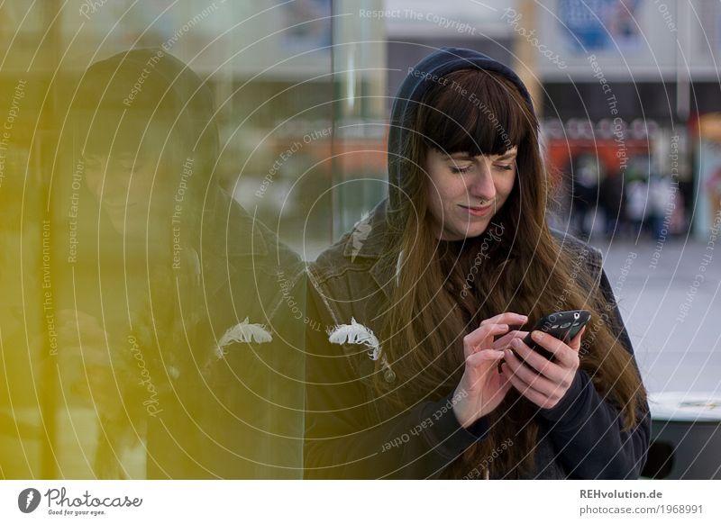 Carina | City Mensch Jugendliche Junge Frau Stadt 18-30 Jahre Gesicht Erwachsene gelb Lifestyle feminin Stil Freizeit & Hobby Zufriedenheit Glas Kommunizieren