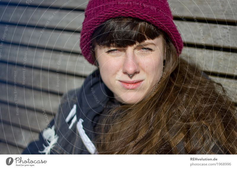 Carina | Mütze Mensch feminin Junge Frau Jugendliche Erwachsene Haare & Frisuren Gesicht 1 18-30 Jahre Winter Schönes Wetter Piercing brünett langhaarig Pony