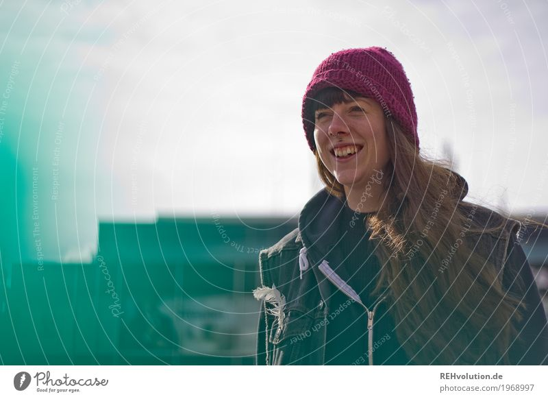 Carina | Junge Frau lacht Mensch feminin Jugendliche 1 18-30 Jahre Erwachsene Winter Stadt Piercing Mütze brünett langhaarig Lächeln lachen authentisch