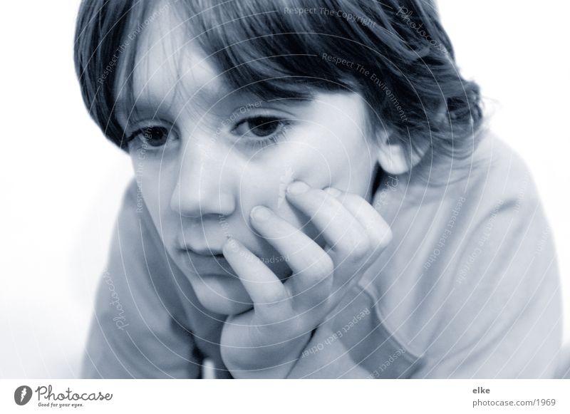 etwas beobachten! Mensch Kind Mädchen Denken nachdenklich 8-13 Jahre Bildausschnitt Anschnitt Kindergesicht Hand am Kinn