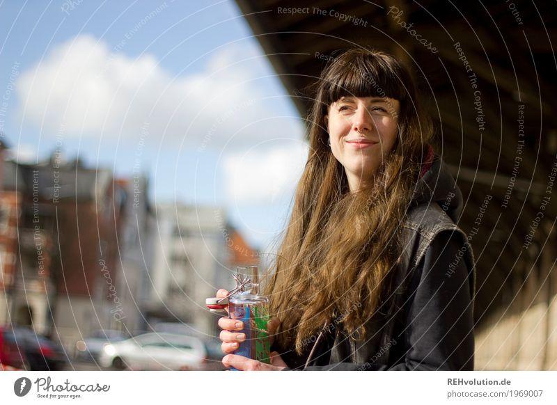 Carina   Portrait von einer Frau in der Stadt Lifestyle Freizeit & Hobby Mensch feminin Junge Frau Jugendliche Erwachsene Gesicht 1 18-30 Jahre Bahnhof