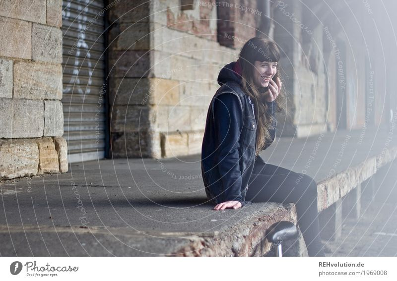Carina | Bahnhof Mensch Jugendliche alt Junge Frau Stadt schön 18-30 Jahre Erwachsene Lifestyle feminin Stil Gebäude Glück Haare & Frisuren Freizeit & Hobby