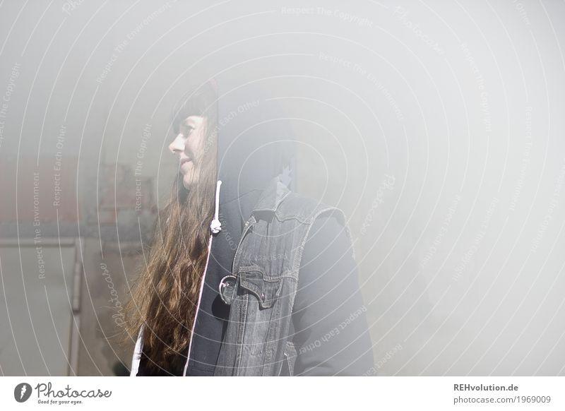Carina | verschwindet Mensch feminin Junge Frau Jugendliche Erwachsene Gesicht 1 18-30 Jahre Pullover Haare & Frisuren brünett langhaarig Pony Lächeln stehen