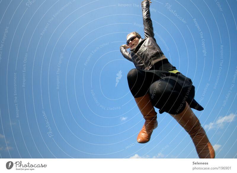 Nur mal auf dem Sprung Mensch Himmel Wolken Umwelt oben Bewegung Glück springen Beine lustig Schuhe Freizeit & Hobby fliegen Arme frei Fröhlichkeit