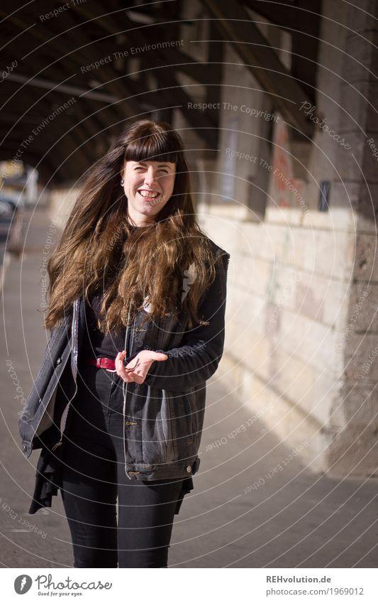 Carina . lacht Lifestyle Stil Freude Glück Haare & Frisuren Ferien & Urlaub & Reisen Mensch feminin Junge Frau Jugendliche Erwachsene 1 18-30 Jahre Stadt