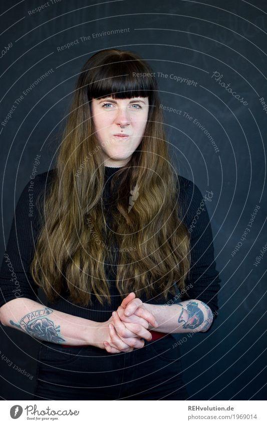 Carina   Junge Frau ist sauer Lifestyle Stil Mensch feminin Jugendliche Erwachsene Haare & Frisuren Gesicht 1 18-30 Jahre Tattoo Piercing brünett langhaarig