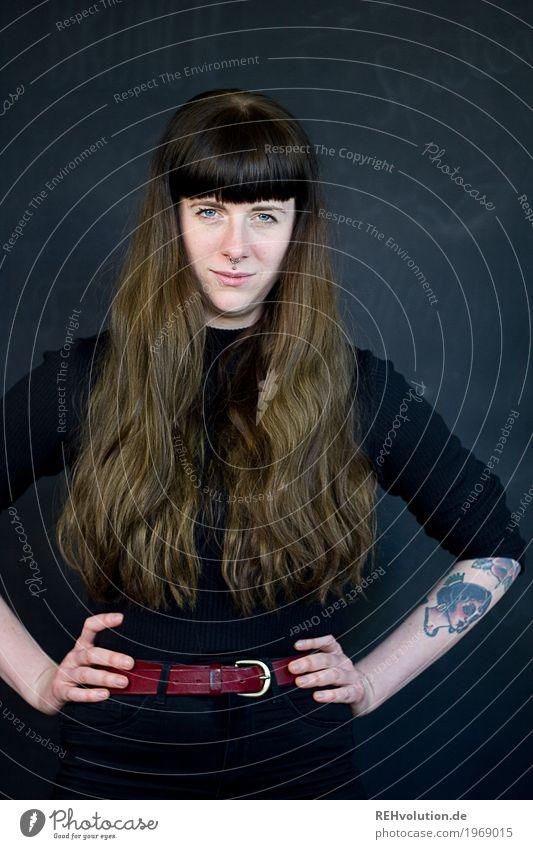 Carina | sauer Stil Mensch feminin Junge Frau Jugendliche Erwachsene Gesicht 1 18-30 Jahre Gürtel Tattoo Piercing Haare & Frisuren brünett langhaarig Pony