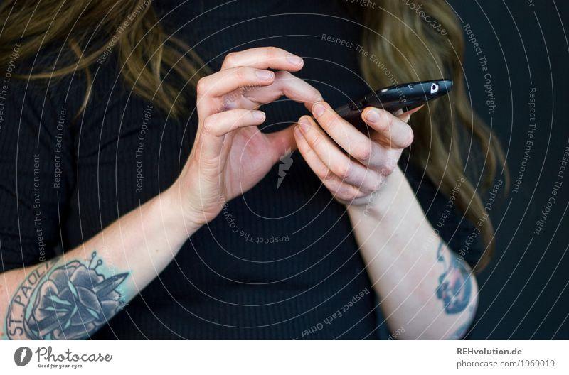 Smartphone Handy PDA Arme Tattoo Haare & Frisuren Kommunizieren authentisch außergewöhnlich Coolness trendy einzigartig schwarz Kontakt Zukunft Wischen Surfen