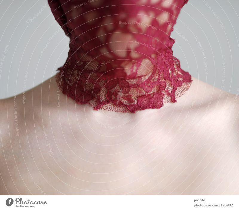 halskrause Mensch Jugendliche schön rot ruhig Erwachsene feminin Junge Frau Haut 18-30 Jahre ästhetisch Stoff Spitze zart Leidenschaft Schulter