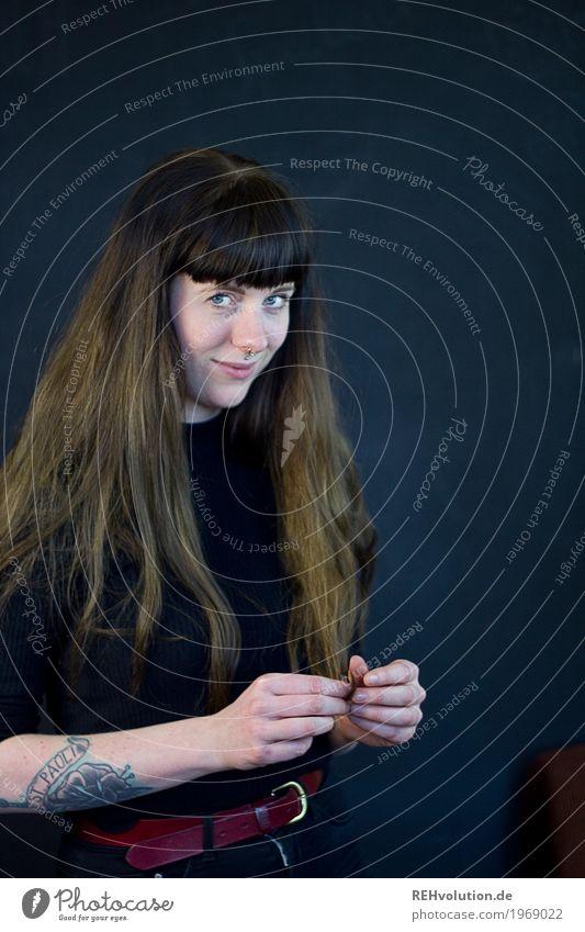 Carina   Junge Frau vor einer schwarzen Wand Lifestyle Stil Mensch feminin Jugendliche Erwachsene 1 18-30 Jahre Tattoo Piercing Haare & Frisuren brünett