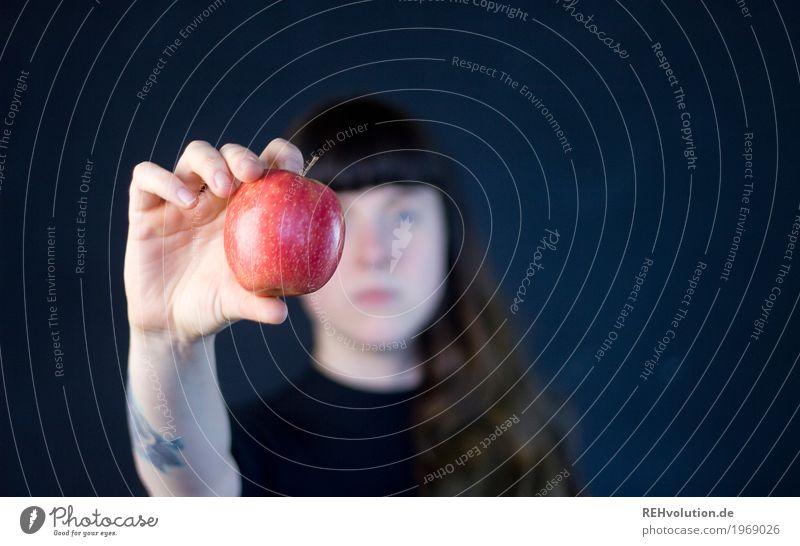 Carina | Apfel Lebensmittel Frucht Ernährung Vegetarische Ernährung Gesundheit Gesundheitswesen Gesunde Ernährung Mensch feminin Junge Frau Jugendliche Hand 1