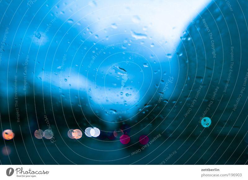 Abends Stadt Wolken Regen Straßenverkehr Wassertropfen Verkehr Tropfen Punkt Fensterscheibe Ampel Scheibe Autofenster Lichtpunkt Unschärfe Feierabend