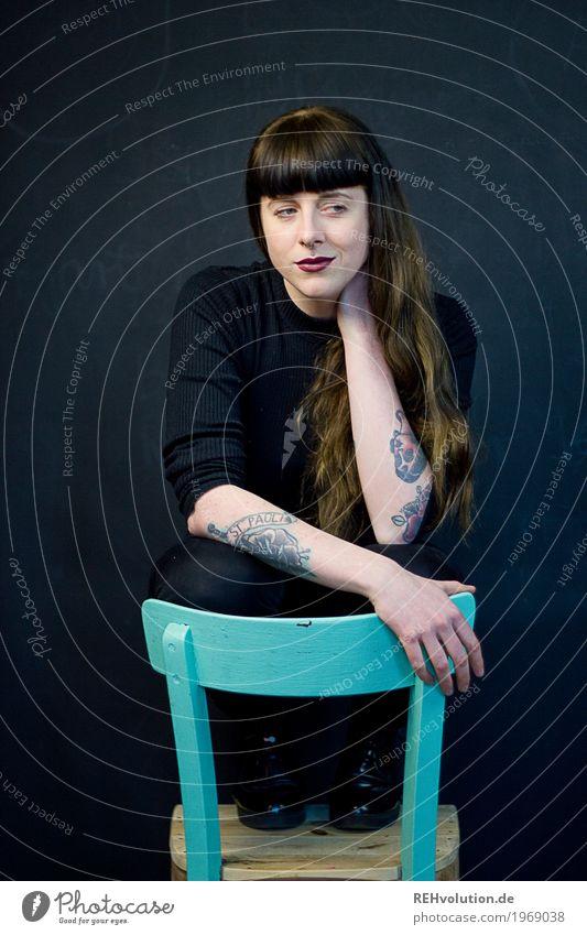 Carina   Stuhl Lippenstift Möbel Mensch feminin Junge Frau Jugendliche 1 18-30 Jahre Erwachsene Tattoo Haare & Frisuren Pony Denken hocken authentisch