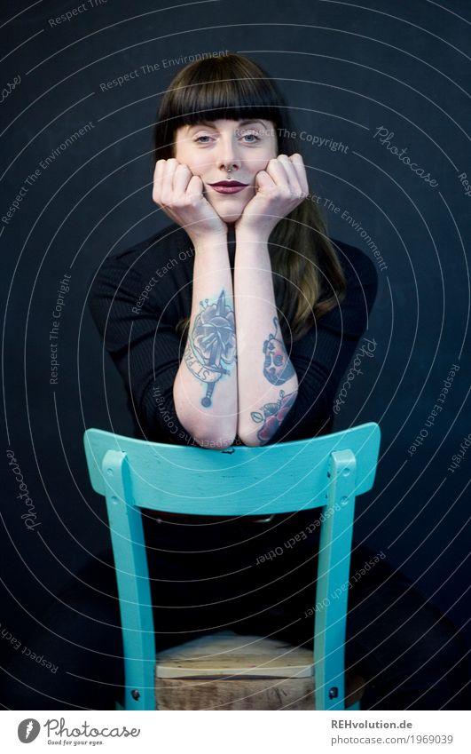 Carina | Stuhl schön Lippenstift Mensch feminin Junge Frau Jugendliche Gesicht 1 18-30 Jahre Erwachsene Tattoo Piercing brünett langhaarig Pony sitzen warten