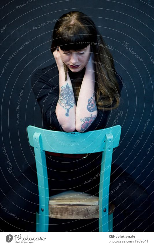 Carina | Stuhl Stil Mensch feminin Junge Frau Jugendliche Erwachsene 1 18-30 Jahre Tattoo Haare & Frisuren brünett langhaarig Pony sitzen authentisch