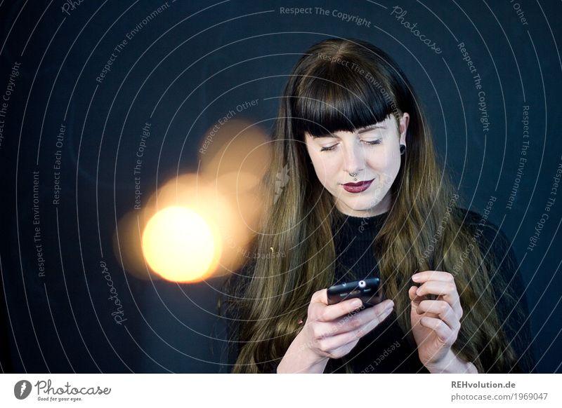 Carina | Smartphone Mensch Frau Jugendliche Junge Frau schön 18-30 Jahre Gesicht Erwachsene Lifestyle feminin Stil Haare & Frisuren Freizeit & Hobby Kommunizieren Technik & Technologie authentisch