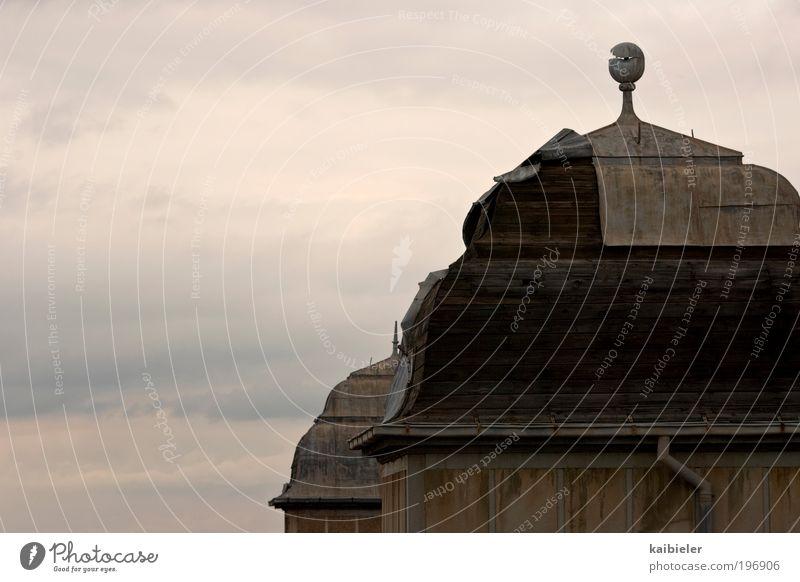 Zwillingstürme Himmel Wolken Gewitterwolken Industrieanlage Fabrik Gebäude Architektur Fassade Dach Turm Turmspitze alt bedrohlich historisch hoch braun gelb
