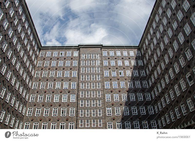 Chilehaus Hamburg Himmel alt blau Stadt Wolken Haus Fenster Architektur Wand Gebäude Mauer Stein braun Tourismus Fassade Metall