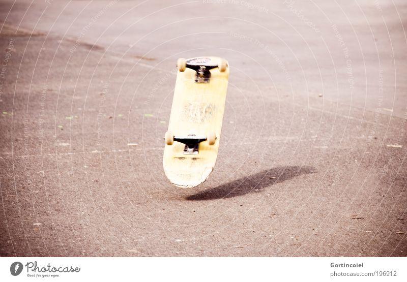Mann über Board Freizeit & Hobby Sport Leben Coolness Skateboarding Trick Jump springen Sturz fliegen fallen Skateplatz rollen Jugendkultur Aktion verletzen