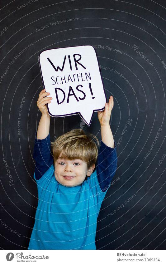 Kind hält eine Sprechblase hoch Mensch Kleinkind Junge Kindheit Gesicht 1 1-3 Jahre T-Shirt Schriftzeichen Schilder & Markierungen festhalten Lächeln Coolness