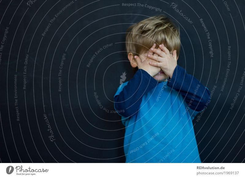 versteckt Mensch Kind blau Hand schwarz Gefühle lustig natürlich Junge klein Spielen maskulin Angst Kindheit authentisch verrückt