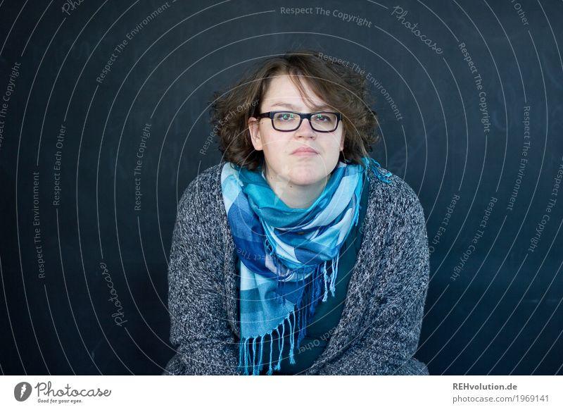 selfi Mensch feminin Frau Erwachsene Gesicht 1 30-45 Jahre Pullover Brille Schal Haare & Frisuren brünett sitzen authentisch einzigartig natürlich blau schwarz